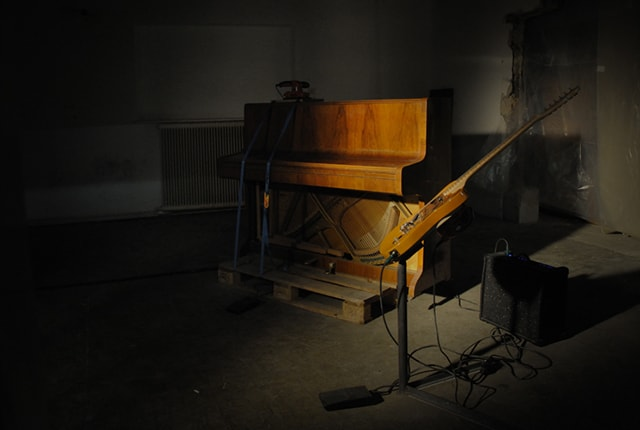 Sebastian Vonderau, Song #2, sound installation, 2011, orbital sander, piano, guitar, amplifier, foot switch, dimensions variable